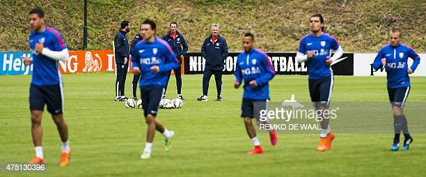 Netherlands' head coach Guus Hiddink look players during a training session on May 29 2015 in Hoenderloo AFP PHOTO / ANP / REMKO DE WAAL...