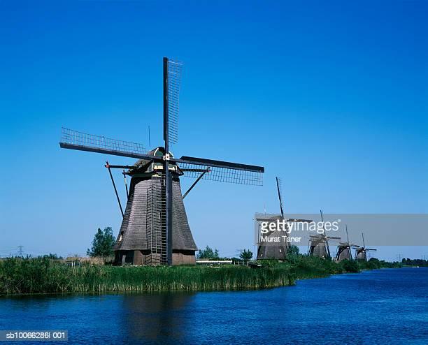 netherlands, kinderdijk, row of windmills along canal - キンデルダイク ストックフォトと画像