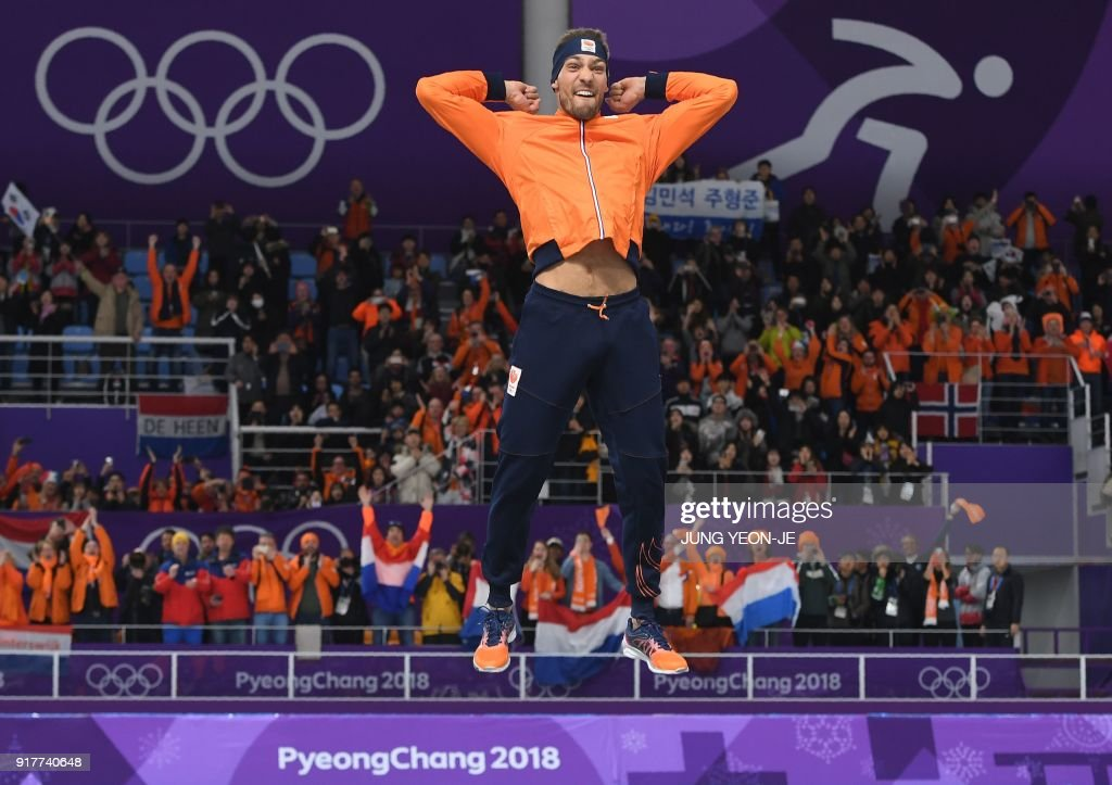 TOPSHOT - Netherlands' Kjeld Nuis for goldcelebrates on the podium following the men's 1,500m speed skating event during the Pyeongchang 2018 Winter Olympic Games at the Gangneung Oval in Gangneung on February 13, 2018. / AFP PHOTO / JUNG Yeon-Je