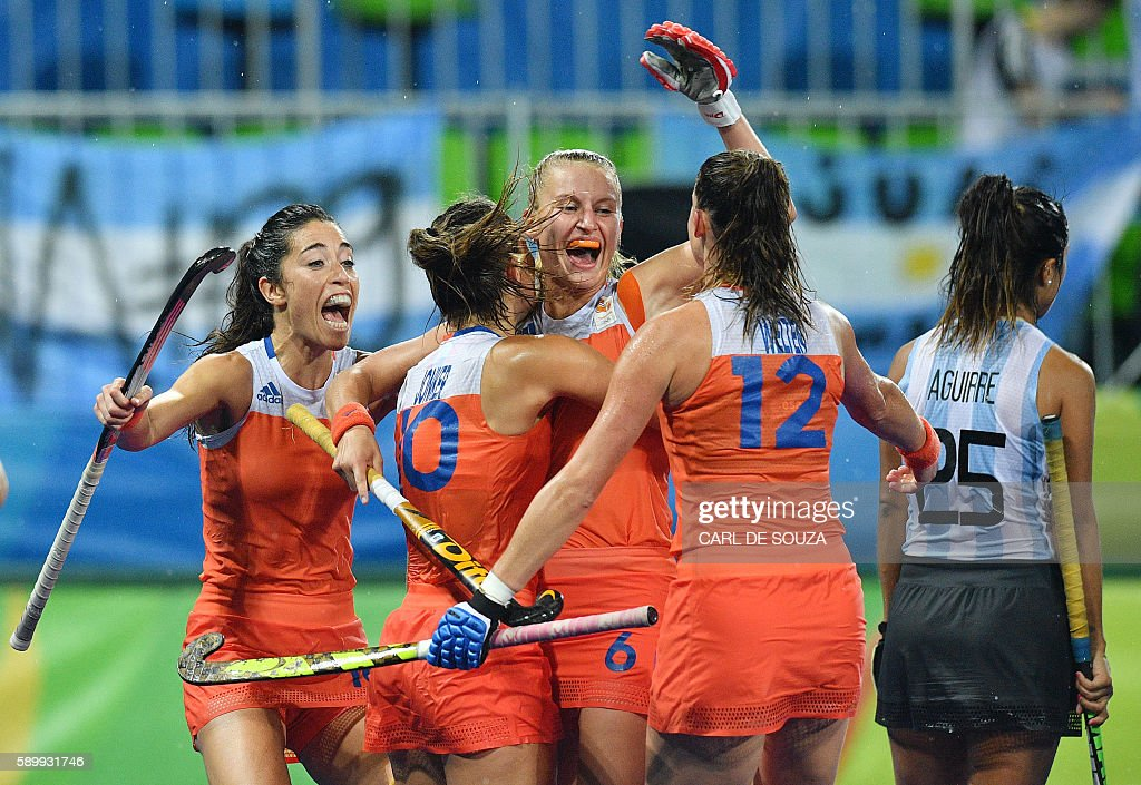 TOPSHOT - Netherlands' Laurien Leurink (C) celebrates a goal with teammates during the women's quarterfinal field hockey Netherland vs Argentina match of the Rio 2016 Olympics Games at the Olympic Hockey Centre in Rio de Janeiro on August 15, 2016. / AFP / Carl DE