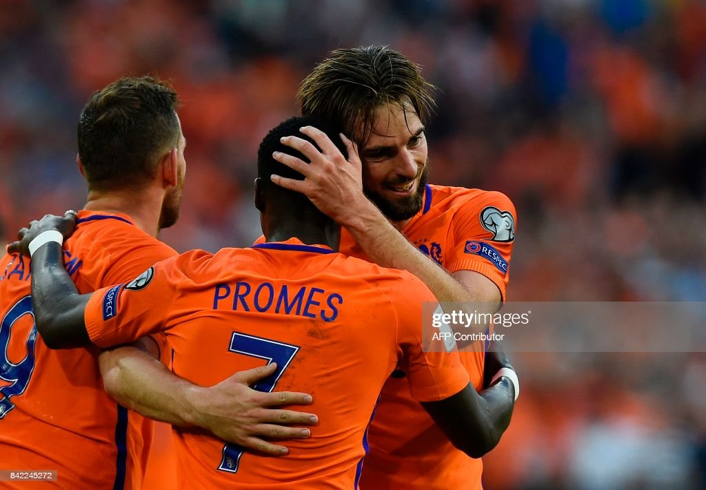 Netherlands midfielder Davy Propper (R) celebrates with teammates after scoring during the FIFA World Cup 2018 qualification football match between Netherlands and Bulgaria in Amsterdam on September 3 , 2017. /