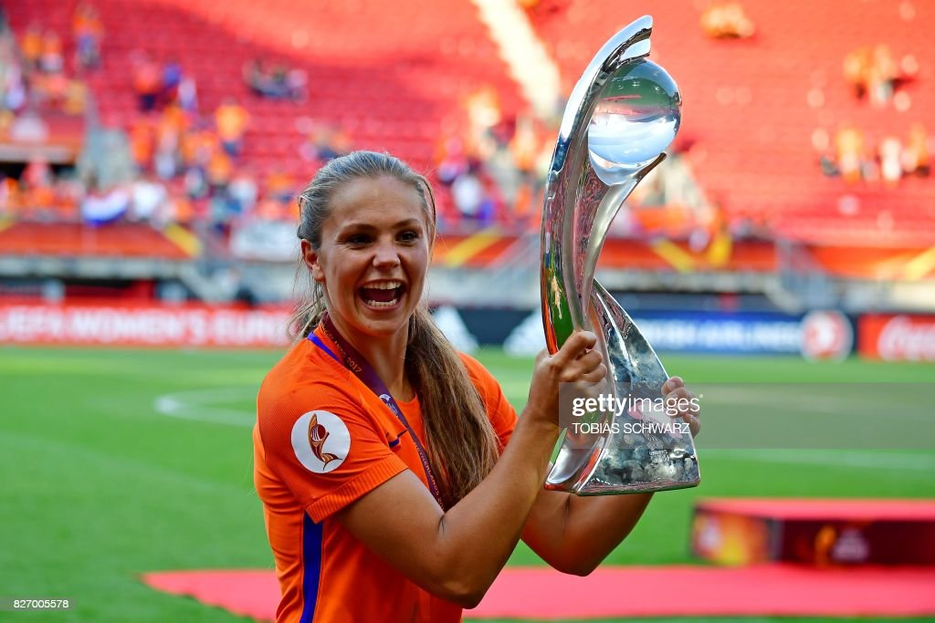 Netherlands' midfielder Lieke Martens celebrates with the trophy after winning with her team the UEFA Womens Euro 2017 football tournament final match between Netherlands and Denmark at Fc Twente Stadium in Enschede on August 6, 2017. / AFP PHOTO / Tobias SCHWARZ