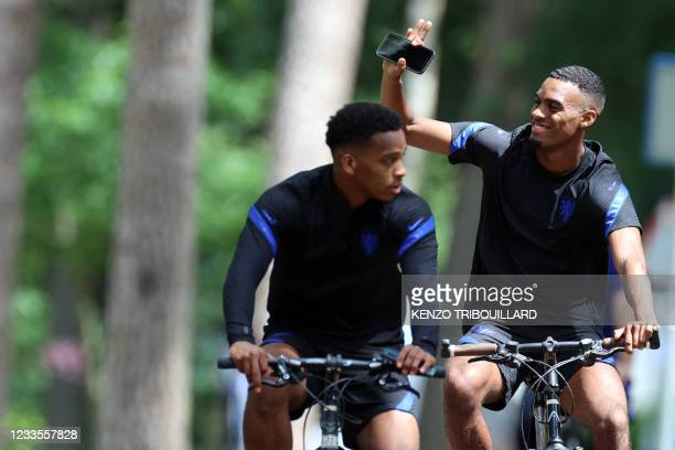 Netherlands' midfielder Ryan Gravenberch was as he rides with teammates following their MD-1 training session in Zeist on June 20, 2021 on the eve of...