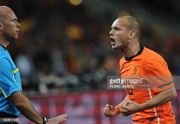 Netherlands' midfielder Wesley Sneijder argues with English referee Howard Webb during extra time in the 2010 World Cup football final between the...
