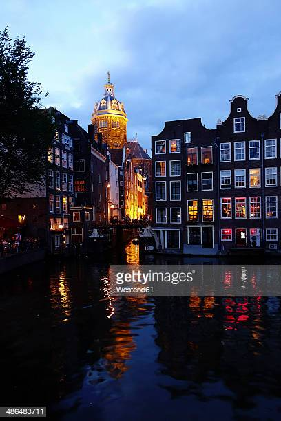 netherlands, north holland, amsterdam, oudezijds voorburgwal in the evening - barrio rojo fotografías e imágenes de stock