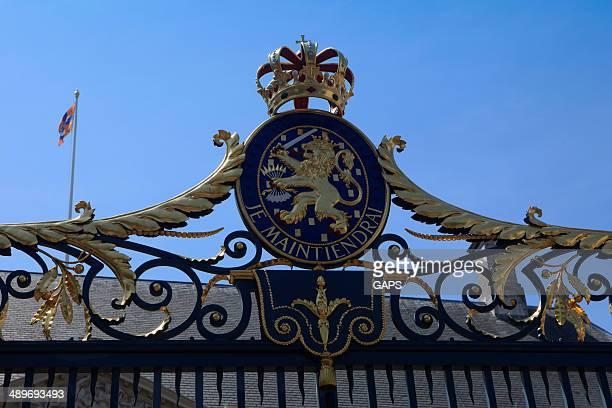 netherlands' official coat of arms - den haag stockfoto's en -beelden
