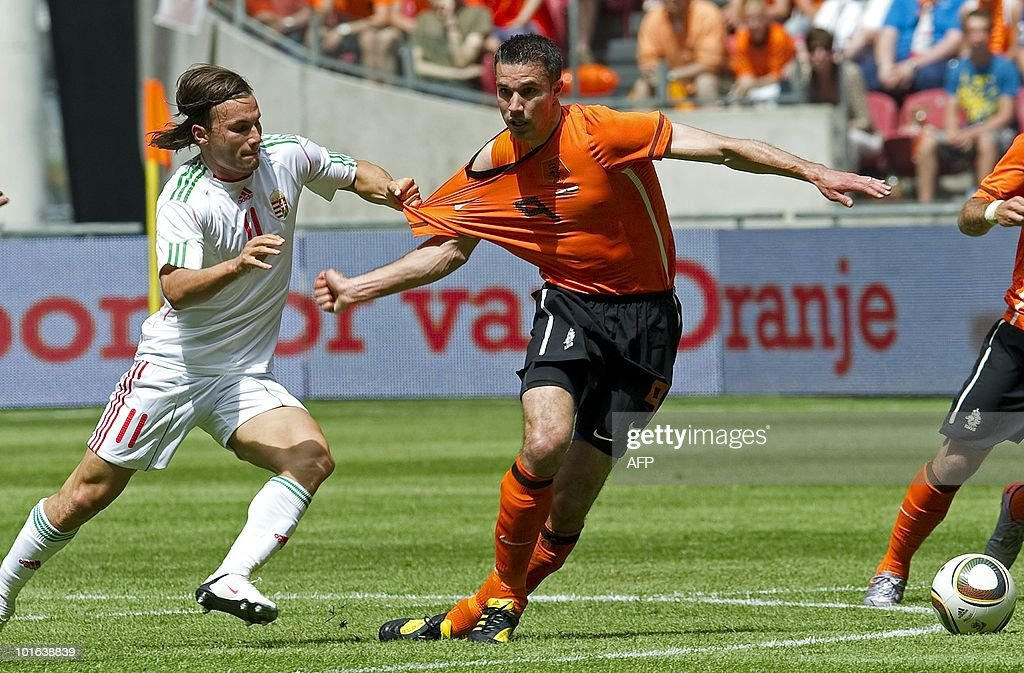 Netherland's Robin van Persie (R) holds off Hungary's Szabolcs Huszti on June 5, 2010 during a friendly football match in Amsterdam prior to the FIFA 2010 World Cup in South Africa. AFP PHOTO/ANP/TOUSSAINT KLUITERS netherlands out - belgium out