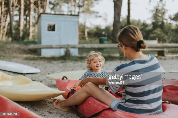 netherlands, schiermonnikoog, mother with little daughter in a boat - friesland noord holland stockfoto's en -beelden