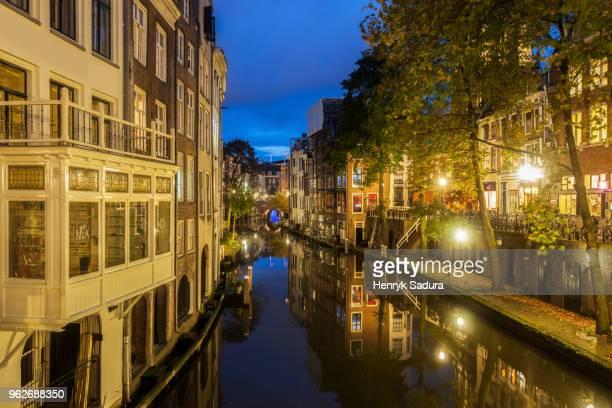 netherlands, south holland, utrecht, canal at night - utrecht foto e immagini stock