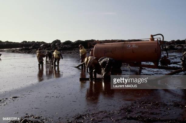 Nettoyage des côtes souillées par le pétrole après le naufrage du pétrolier Amoco Cadiz en mars 1978 à Portsall France