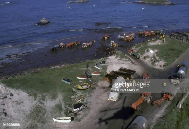 Nettoyage des plages souillées par le pétrole après le naufrage du pétrolier Amoco Cadiz en mars 1978 à Portsall France
