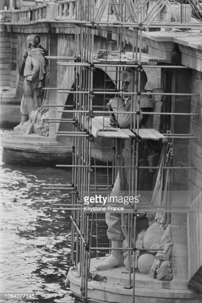 Nettoyage du 'Chasseur à pied' du pont de l'Alma avant la démolition du pont en 1972 et son transfert au fort de Gravelle dans le Bois de Vincennes,...