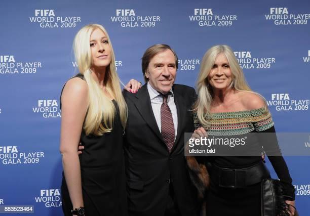 Netzer Guenter Unternehmer Moderator Sportkommentator D mit Ehefrau Elvira und Tochter Alana Katarina bei der FIFA WeltfussballerGala 2009 in Zuerich