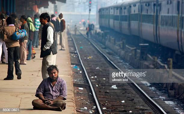 Neu Delhi Indien 150110 Bahnhof NeuDehl Bettler am Bahnsteig