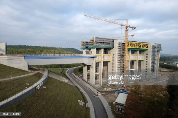Neubau des Schiffshebewerks Niederfinow Nord mit Kanalbruecke Blick vom 1934 erbauten alten Hebewerk