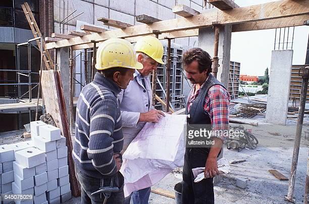 Neubau einer Terrassenhaus AnlageBauarbeiter und Polier auf der Baustelle 1991