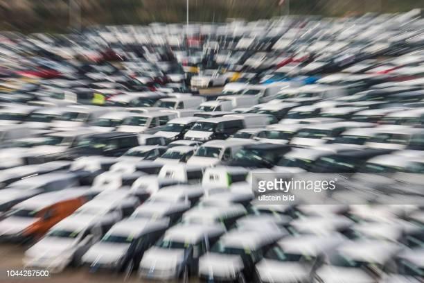 Neue PKW und Lieferwagen hier gesehen auf dem Parkplatz einer Transportfirma in Aligse bei Hannover