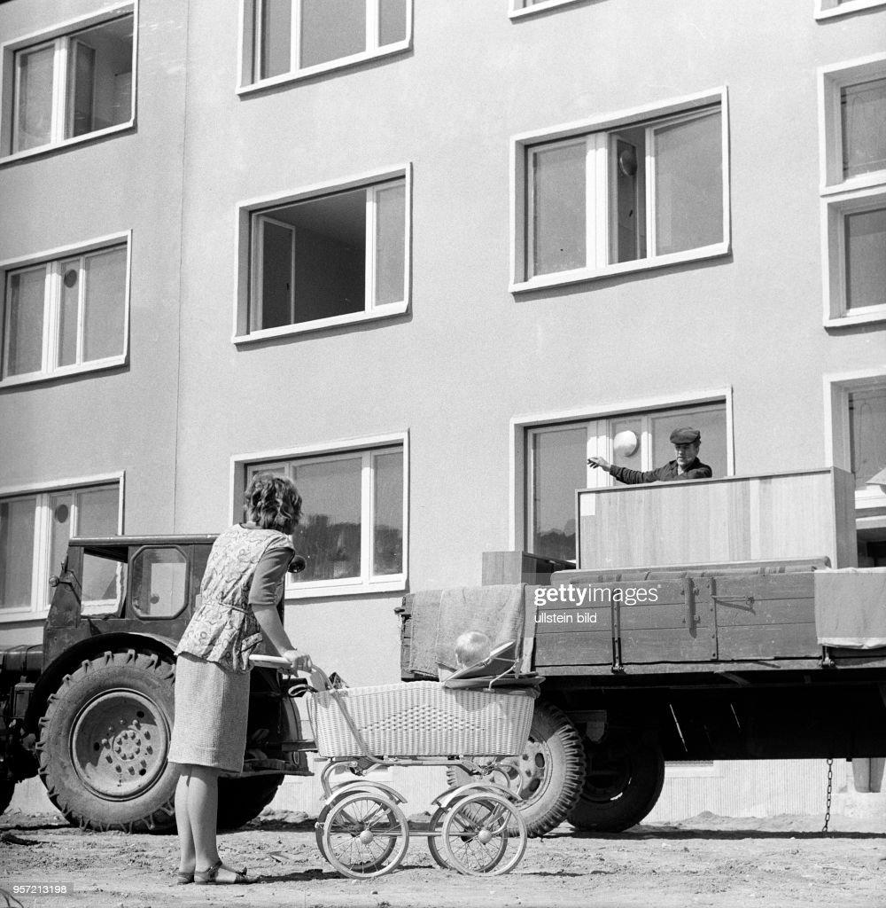 Neue Wohnungen In Neuen Häusern Für Die Landbevölkerung   Mit Traktor Und  Anhänger Bringen Die Mieter