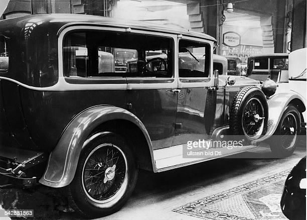 Neuer LimousineTyp von Neuss aufeiner Autoausstellung veröffentlicht in Dame 7 / 1928Foto Hans Henschke