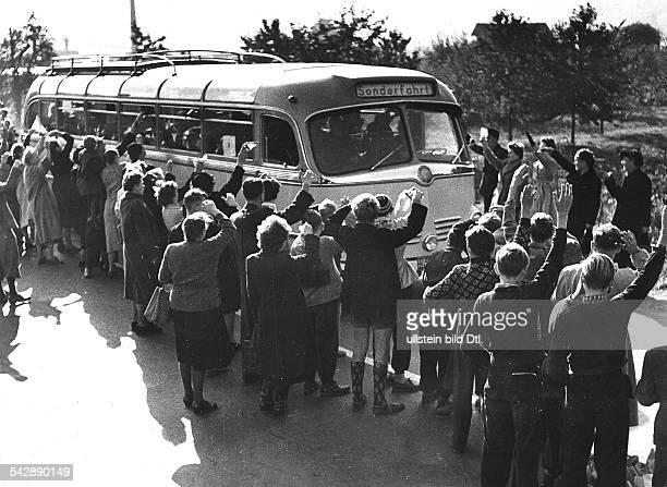 Neuer Transport mit Russlandheimkehrern trifft im Lager Friedland ein 1955