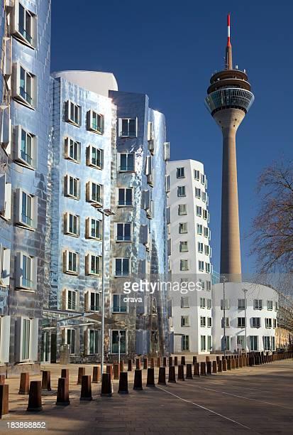 Neuer Zollhof mit Rheinturm in Medienhafen, Düsseldorf, Deutschland
