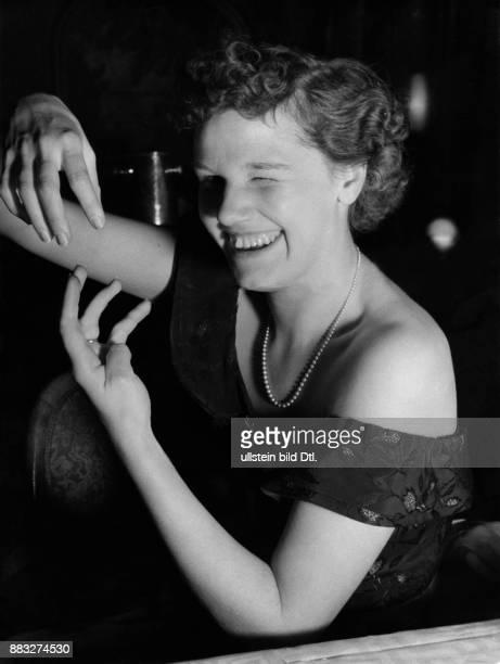 Neues Amerikanisches Ratespiel eine Frau zeigt eine Figur mit den Händen Hanns Hubmann Erschienen in Berliner Illustrirte Zeitung 2_1937...