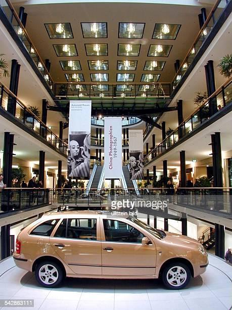 Neues Modell vom Typ Fabia des Automobilherstellers Skoda rotiert auf einem Ausstellungsteller in einer Berliner Passage Autoausstellung Ausstellung...
