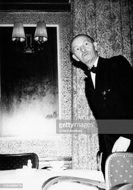 Neugierig schaut sogar de Oberkellner eines Nachtclubs auf der Reeperbahn in Hamburg zur Bühne, 1950er Jahre.