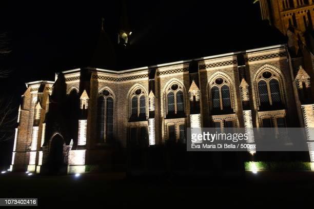 neugotische nicolai-kirche in hagenburg am abend - kirche stock pictures, royalty-free photos & images
