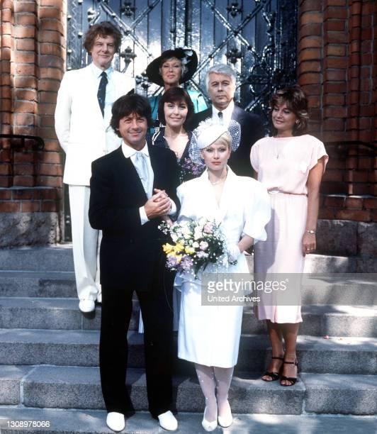 Neuigkeiten / D 1986 / Wolfgang und Martina feiern Hochzeit. Im Bild: HERBERT HERRMANN, UTE CHRISTENSEN, THEKLA CAROLA WIED, HERBERT BÖTTTICHER,...