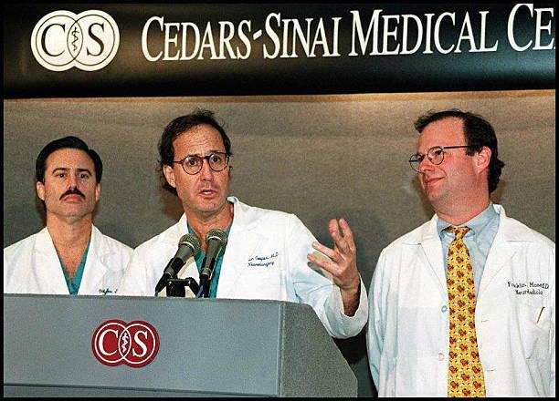 Les chirurgiens neurologiques Dr Myles Saunders, Dr Martin Cooper et Dr Franklin Moser répondent aux questions après avoir annoncé que l'équipe avec succès ...