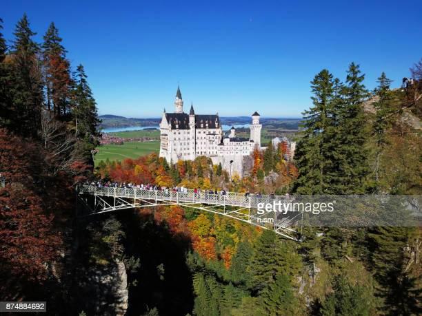 neuschwanstein castle and queen mary's bridge - neuschwanstein castle stock pictures, royalty-free photos & images
