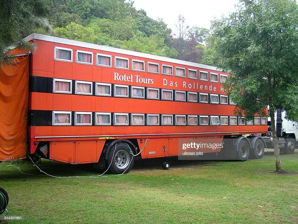 neuseeland bus mit schlafkabinen von rotel tours das rollende nachrichtenfoto getty images. Black Bedroom Furniture Sets. Home Design Ideas