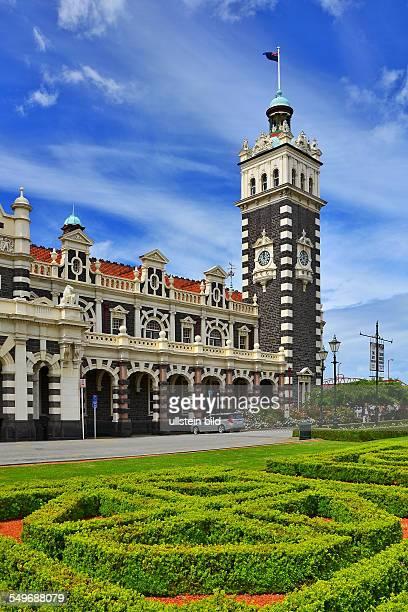 Neuseeland Dunedin die von dem Architekten George Troup im Stil der flaemischen Renaissance erbaute Railway Station mit ihrem 37 m hohen Turm zaehlt...