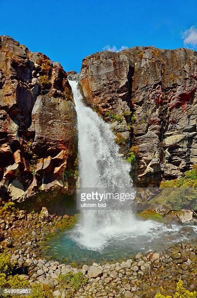 Neuseeland TaranakiWasserfall im Tongariro Nationalpark Der Nationalpark mit seinen drei aktiven Vulkanen ist der vierte Nationalpark der Welt und...