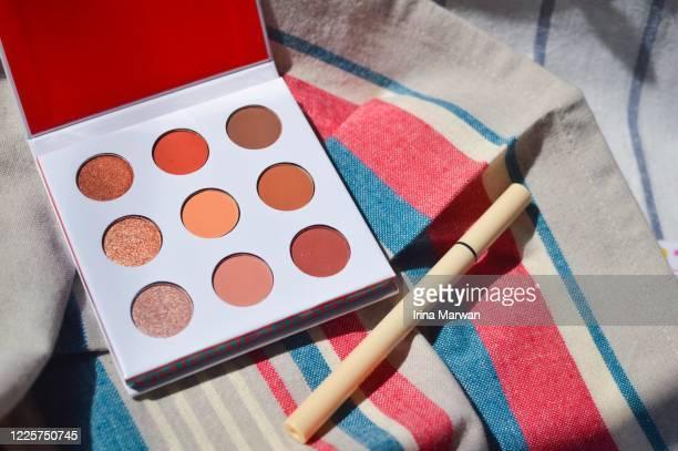 neutral eyeshadow palette and eyeliner make-up - アイシャドウ ストックフォトと画像