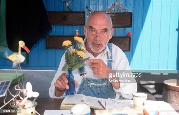 Neutrales Motiv: PETER LUSTIG, der in einem leuchtend blauen Bauwagen lebt, erzählt spannende Geschichten aus Natur, Umwelt und Technik. /...