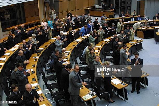 Neuwahl des Regierenden Bürgermeisters und des Senats von Berlin Applaus der CDU Abgeordneten für die SPD Abgeordnete Anneliese Neef die ihre Wahl...