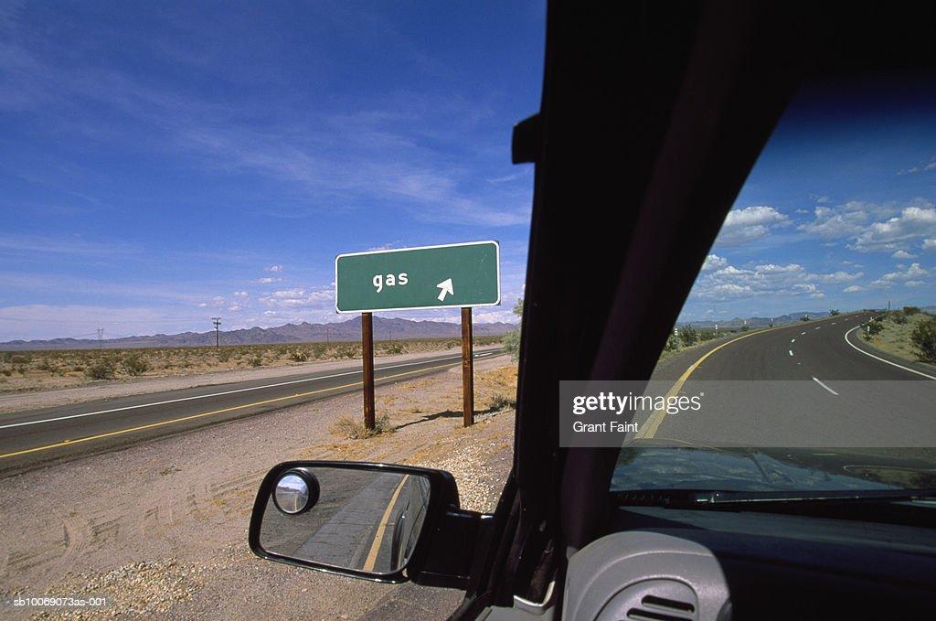 USA, Nevada, road sign through car window : Stockfoto