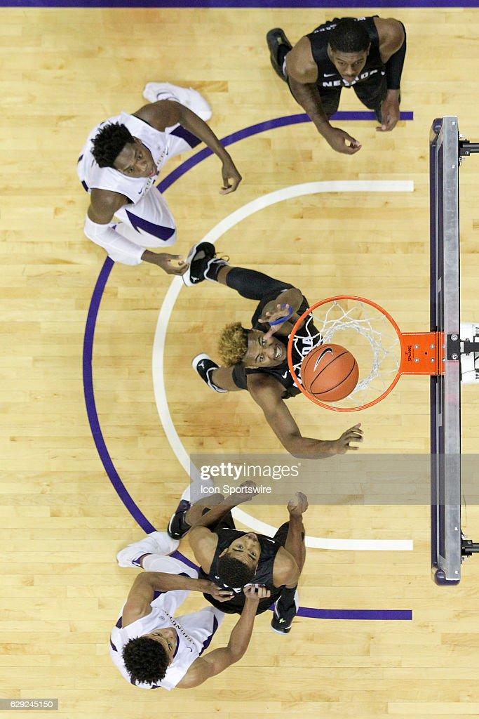 NCAA BASKETBALL: DEC 11 Nevada at Washington : Nachrichtenfoto