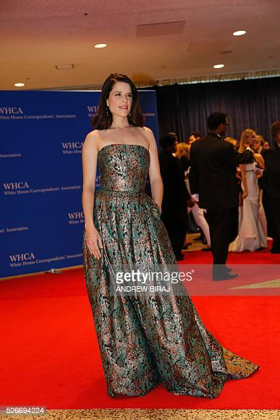 Neve Campbell arrives for the 102nd White House Correspondents' Association Dinner in Washington DC on April 30 2016 / AFP / Andrew Biraj