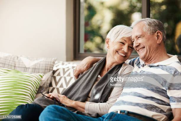 hören sie nie auf, einander zu lieben - pensionierung stock-fotos und bilder