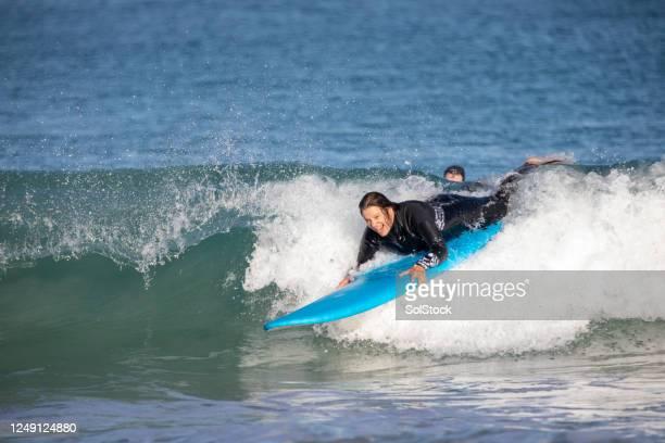 nooit te oud om de golven te berijden - liggen stockfoto's en -beelden