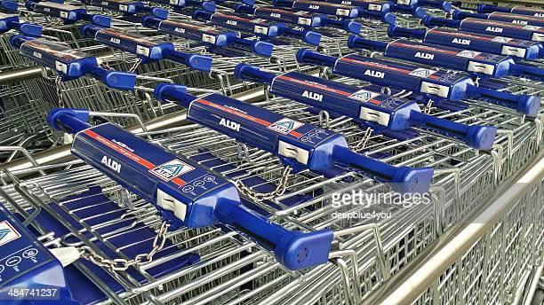 Neue Aldi Einkaufswagen in einer Reihe