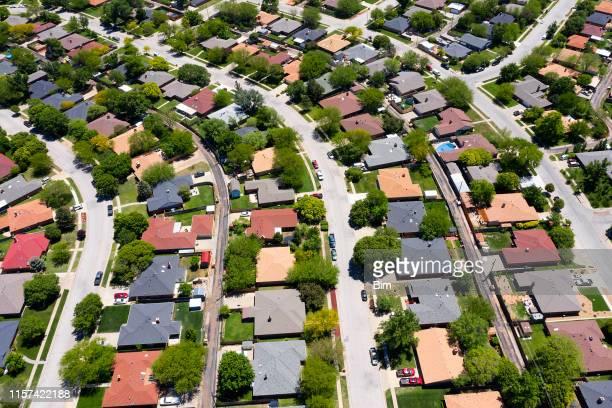 neue amerikanische häuser von oben - american suburb neighborhood stock-fotos und bilder
