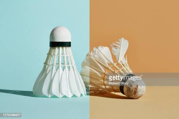 new and old feather shuttlecocks - concepts et thèmes photos et images de collection
