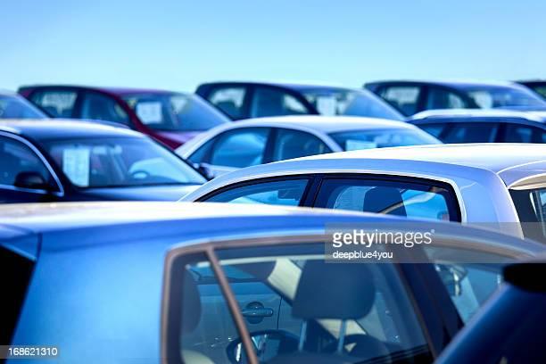 Neue Autos auf einem Autohaus
