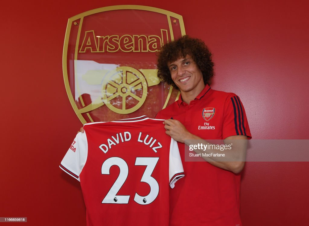 Arsenal Unveil New Signing : Fotografía de noticias