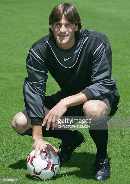 "New Atletico Madrid goalkeeper, Argentinian Leonardo Neoren Franco ""Leo Franco,"" poses in the Vincente Calderon stadium in Madrid 17 June 2004 after..."