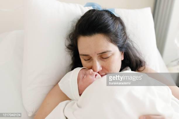 neugeborenes baby mit seiner mutter - kaiserschnitt stock-fotos und bilder